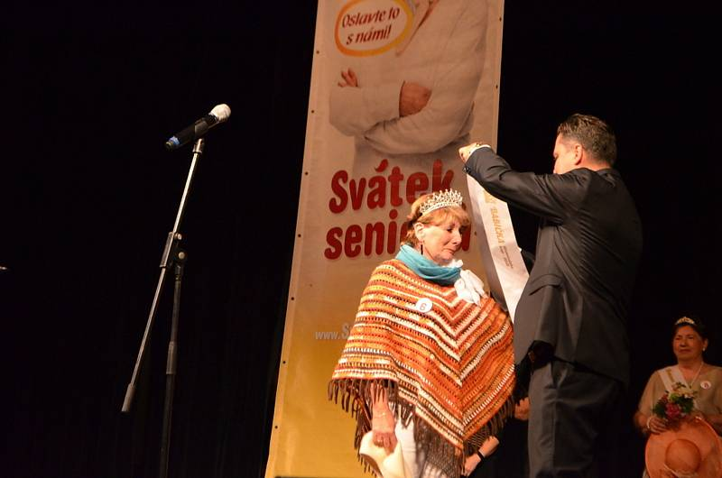Středočeské finále soutěže Babička roku ve slánském divadle.