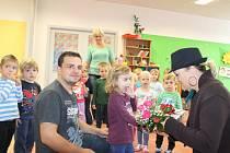 Valinka přijímá s radostí dárek k nerozeninám od redaktorky Kladenského deníku Kateřiny Husárové