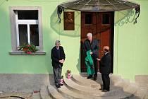 Odhalení pamětní desky Janu Malypetrovi v Lisovicích na budově někdejšího statku, kde nyní sídlí železniční muzeum.