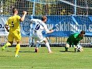 Kladno (v bílém) přežilo penaltu soupeře i vyloučení a zdolalo Neratovice 2:1.