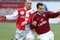 Tomáš Votava (vpravo) v dresu Sparty uniká v roce 1999 v derby slávistovi Luďkovi Zelenkovi.