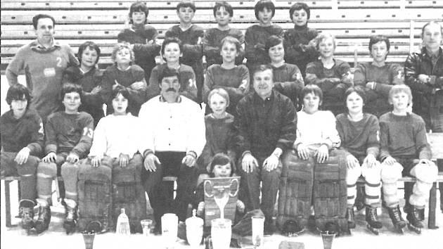Karel Beran (čtvrtý dole zleva) se svým slavným žákovským týmem, v němž hrál i Jaromír Jágr (dole uprostřed mezi poháry)