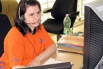 Operátorky  na tísňové lince 155 nejsou pouze spojovatelky. Volajícímu musí umět poradit i ze zmatených informací jak poskytnout první pomoc a v mnohých případech působí jako psychologové . Občas si vyslechnou i nejapné žertíky.
