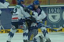 jedním z mála mladších hráčů, kteří se z amerického dobrodružství vrátili do Kladna, je Marek Čurilla. Byť byl ve Znojmě zraněn , zřejmě proti Litvínovu nastoupí.