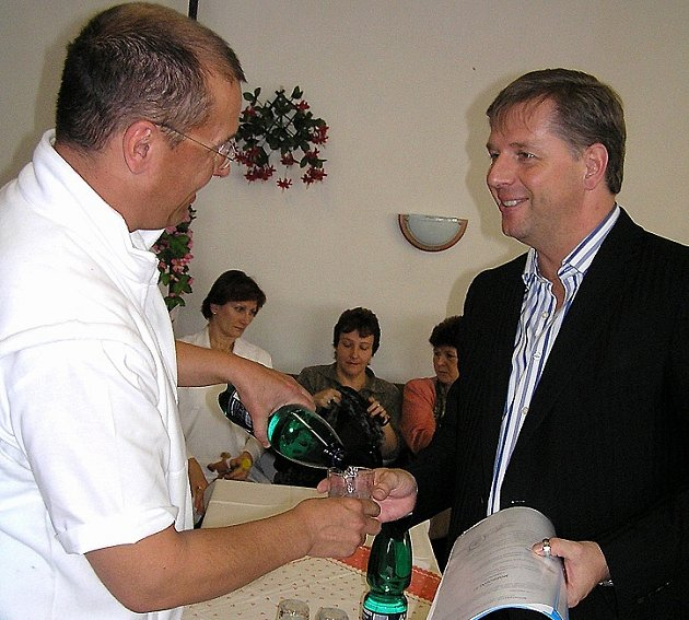 O existenci slánské nemocnice se  zajímá i středočeský hejtman Petr Bendl (vpravo), jenž před několika měsíci na toto téma diskutoval s ředitelem nemocnice Jiřím Šimákem a ostatními lékaři.