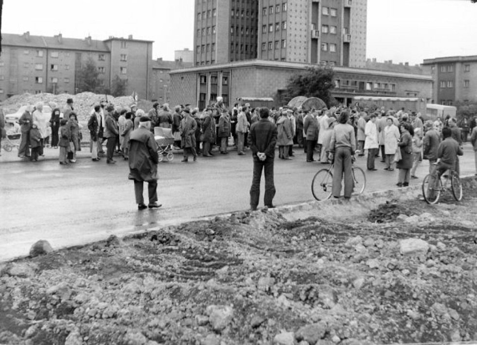 Výstavba rozdělovského mostu v 70. letech minulého století a zahlubování železniční trati pod ním.