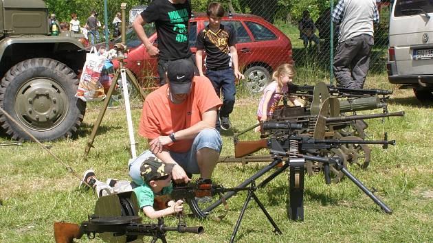 Lidé měli o vojenskou techniku zájem.