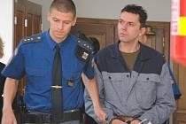 Před trestním senátem Krajského soudu v Praze stojí od pondělka 40letý Martin Smetana v Čáslavi na Kutnohorsku, který se zpovídá z pokusu o vraždu.