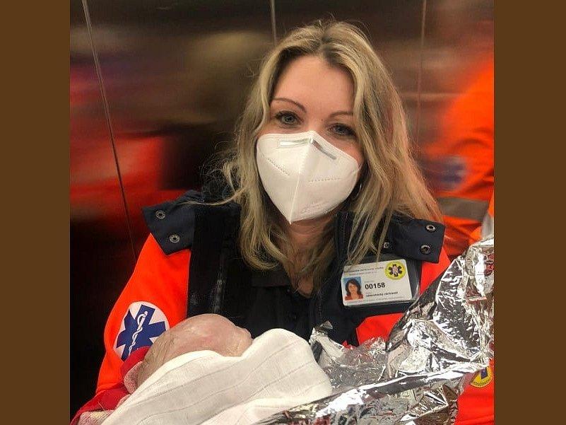 Malá Nelinka v rukou záchranářky při převozu na novorozenecké oddělení.
