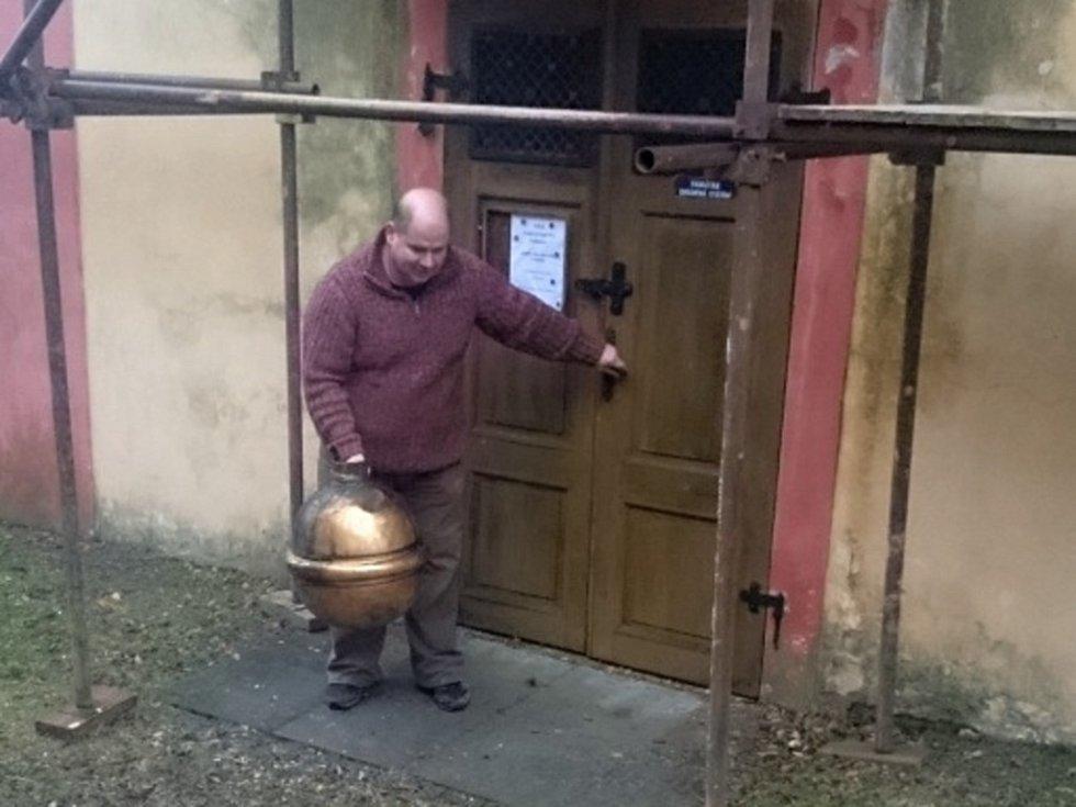 Nalezené historické předměty a listiny v hroznu knovízského kostela při rekonstrukci věže