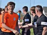 Unhošť ( v modrém) porazila doma Slaný B 2:0 góly ze závěru. Hostující Pavel Čablík se tady ještě smál.