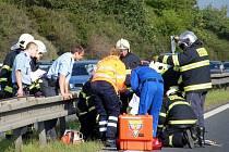 V místě havárie u Středokluk pomáhali v sobotu také hasiči.