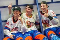 Petr Hašek (vpravo) slaví se spoluhráči světové zlato.