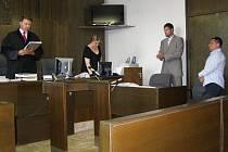 Soudce začíná číst rozsudek. Řidič mercedesu, jenž smrtelně zranil chodce a ujel, vyfasoval tři roky nepodmíněně ve věznici s dozorem a sedm let neusedne za volant motorového vozidla.
