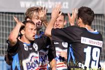 Kladno slaví branku, vlevo střelec Tomáš Klinka