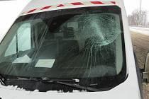 Led spadl z korby nákladního vozu a rozbil přední sklo protijedoucí dodávce.