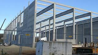 Zdi logistického centra jsou tvořeny z betonových panelů. Jedna z nich spadla ve čtvrtek na stavebního dělníka a poranila mu hlavu.