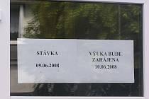 Základní škola Amálská v Kladně a dalších patnáct stávkujících zařízení mělo na dveřích tento upozorňucící nápis.