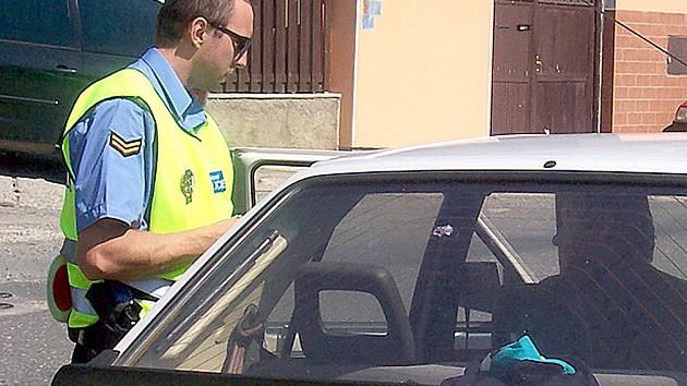 Máme k místním obyvatelům mnohem blíže a také větší šanci dohlížet na dodržování rychlosti na našich silnicích, tvrdí místní strážníci.  V Kolči je měření většinovou náplní činnosti obecní policie.