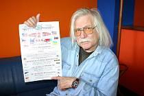 DESET LET od tragédie si Josef Fousek pamatuje všechno, jakoby to bylo včera. Plakát, který drží v ruce, je dokladem, že 11. září 2001 měl mít s kolegy muzikanty vystoupení v Restaurantu Zlatá Praha v New Yorku v městské části Queens.