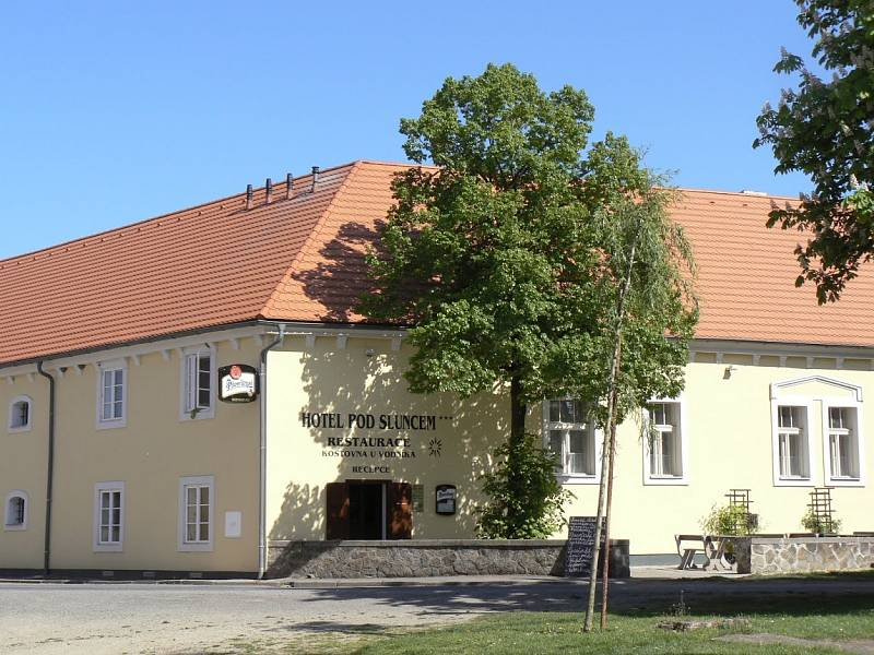 Hotel Pod sluncem v Třebízi.