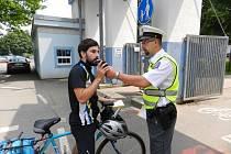 Policisté kontrolují cyklisty. Ilustrační snímek.