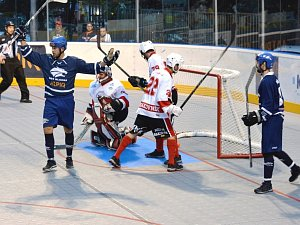 V prvním kole extraligy začali hokejbalisté Alpiqu Kladno ( v modrém) vysokou domácí výhrou nad Rakovníkem 6:1.