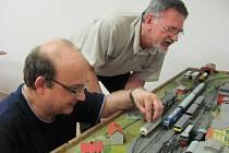 PŘEDSEDA KLUBU ŽELEZNIČNÍCH MODELÁŘŮ KLADNO Oleg Kysel (vpravo) diskutuje s členem klubu Vladimírem Machem nad prvky stávajícího modelového kolejiště, které časem nahradí nové.