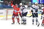 Hokejová extraliga: Kladno (v bílém) hostilo Třinec. Týímy nastoupily s potréty svých někdejších hvězd Eduarda Nováka a Radka Bonka na dresech