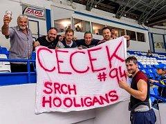 Přezdívka Jiřího Cetkovského (vpravo) je z transparentu jeho fanoušků zcela jasná.