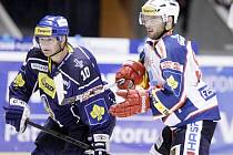 Pardubice i potřetí v sezoně vyřídily Kladno, tentokrát 5:1. Vpravo Robert Kousal, vlevo hostující kapitán Pavel Patera.
