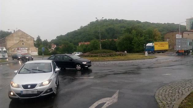 Okružní křižovatka U Brodu ve Slaném.