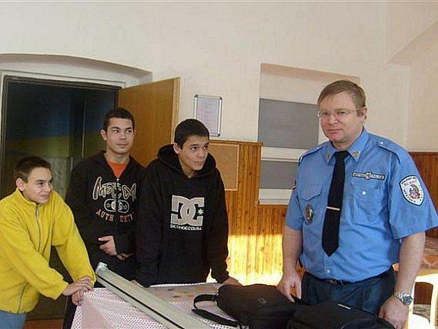 Vedoucí Městské policie Slaný Pavel Štěpánek beseduje s dětmi.