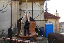 Rekonstrukce věže družeckého kostela pokračuje.