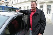 CESTOVÁNÍ autem musí Standa snížit na minimum. Kvůli tomu, že mu bylo špičkovým přístrojem in–body naměřeno 30 procent tuku v těle, musí se pořádně  ohánět, aby shodil.