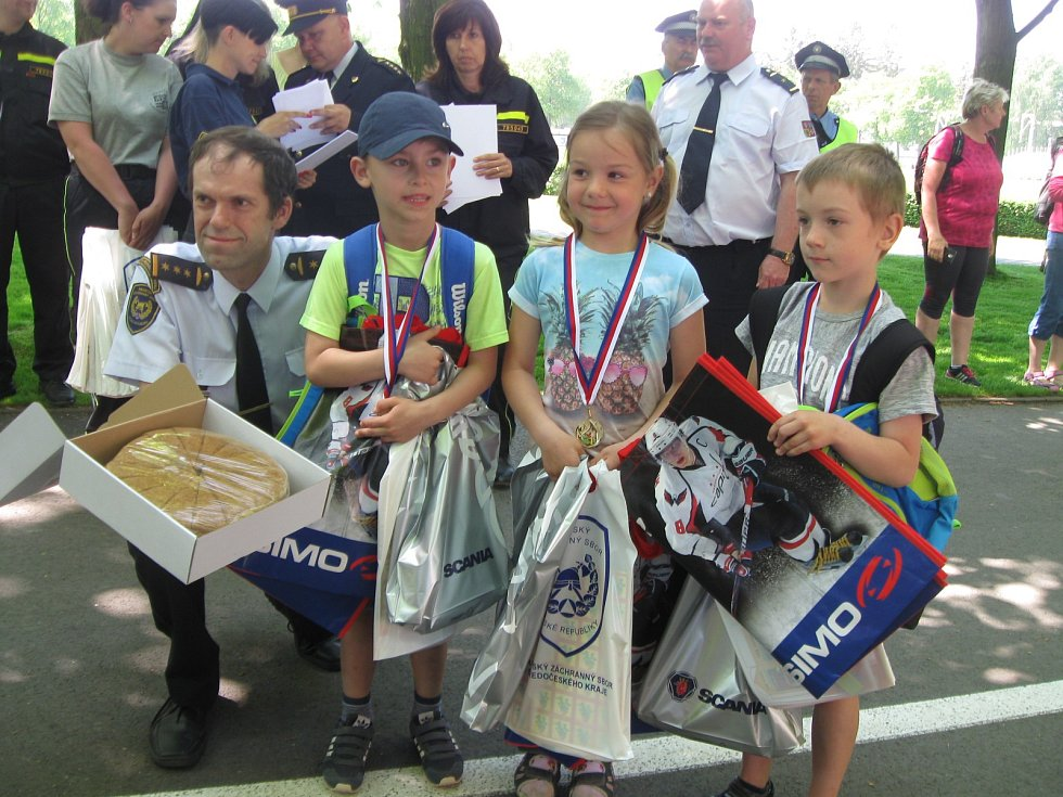 Hlídky školáků závodily v Kladně na různých stanovištích. Dětem se soutěž o pohár velitele HZS moc líbila.