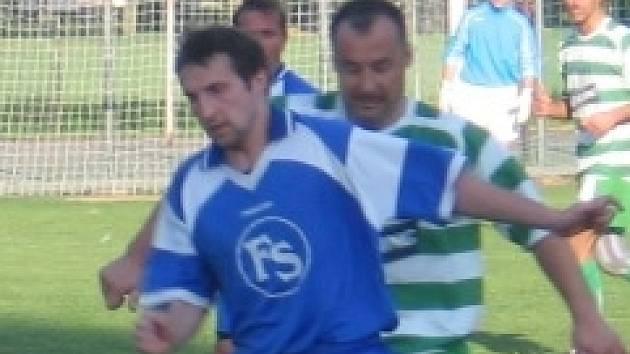 Jan Havelka (vpravo v souboji s Václavem Hanfem) zařídil Lhotě v Lidicích rozhodující penaltu.