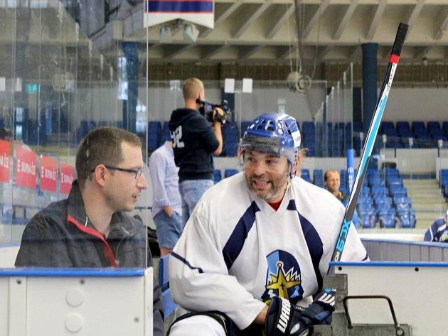 Jaromír Jágr byl po prvním ostrém tréninku s Kladnem v dobré náladě, tady hovoří s tiskovým mluvčím Rytířů Vítem Heralem.
