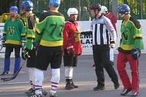 Milan Pošmourný (zcela vpravo) v jedné ze svých potyček se zkušeným Pavel Šrankota (třetí zprava) z  Jungle Fever. Vše uklidňuje rozhodčí Petr Ryboň.