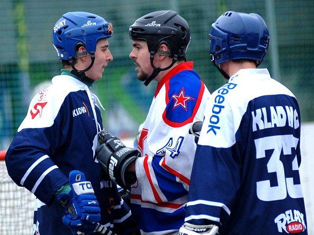 Třetí kolo Českého poháru: CSKA Karlovy vary - Alpiq Kladno 0:6. Tady se dostal do strkanice s domácím hráčem mladý Radek Soukup (vlevo). Vpravo přihlíží Lukáš Holub (33), který  se v neděli za béčko proti Třemošné vážně zranil, vykloubil si rameno.