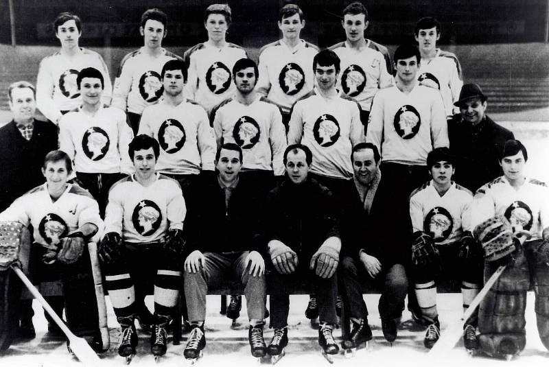 Nový člen Síně slávy kladenského hokeje Vladimír Svoboda vychoval mistry světa i olympijské vítěze. Tady je s dorosteneckými mistry republiky 1970 (dole uprostřed). Členy týmu byli i slavná borci Kaberle, Krása, Müller či Neliba.