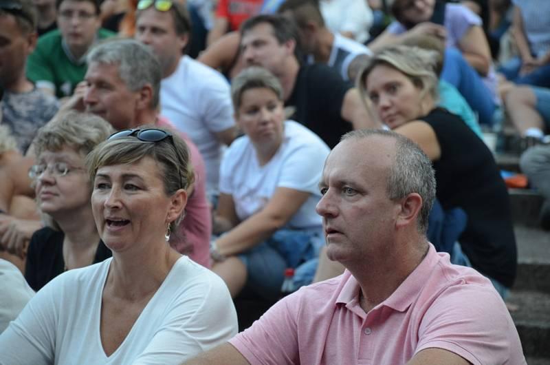 Kapely Lucie a Totální nasazení ve slánském letním kině.