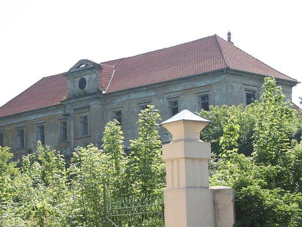 Nová střecha naznačuje, že se na zámku něco děje