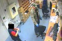 KAMEROVÝ SYSTÉM nainstalovaný v hypermarketu zachytil podobu zloděje, který se vydával za policistu.