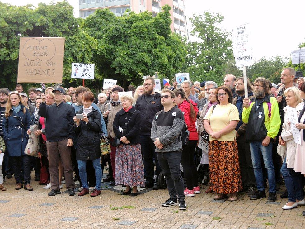 V Kladně se protestovala na náměstí Svobody.