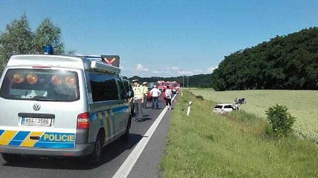 Nehoda tří vozidel uzavřela ve středu odpoledne silnici I/16 u Velvar.