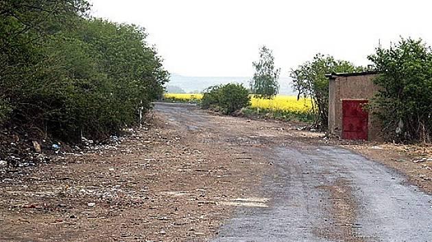 Desítky tun odpadu ze staré vyasfaltované komunikace zmizely. Město Buštěhrad brzy uspořádá s vlastníky pozemků schůzku. Jejím cílem bude domluvit se na účinných preventivních opatřeních, aby skládka nebyla obnovována.