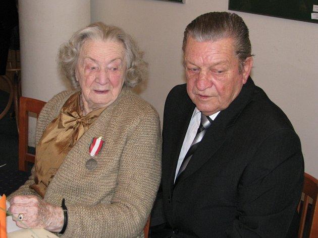 Paní Josefína Napravilová převzala v Lidicích několik ocenění. Jedním z hostů byl i jeden z nalezených - Václav Hanf.