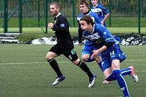 Starší dorost SK Kladno (v modrém) podal výtečný výkon proti Sokolovu. Hlavně po přestávce a vyhrál 2:0.