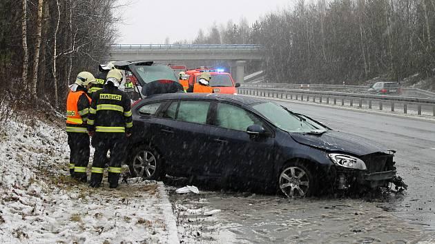 Na silnici u Tuchlovic se převrátilo auto přes střechu.